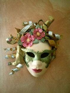 Maschera in cartapesta Realizzata con l'antico metodo dei maestri veneziani. Dipinta a mano