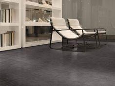Collezione Vesale: pavimentazione in scuro con arredi su tonalità chiare ed avvolgenti per un contrasto chic e d'effetto.