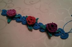 Decorative headband with tiny roses 2 Simple decorative headband I tape decorated with tiny flowers. Crochet Buttons, Crochet Motif, Crochet Flowers, Knit Crochet, Crochet Hats, Rose Jewelry, Tiny Flowers, Lace Patterns, Roses