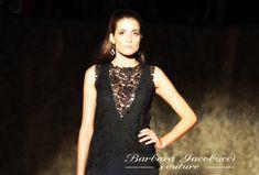 Barbara Iacobucci veste le donne dinamiche che non rinunciano mai all'eleganza e alla femminilità.