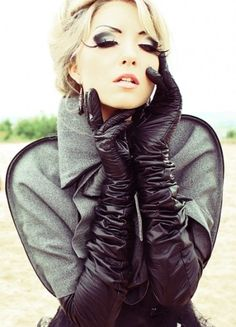 Blonde in black leather opera gloves Gloves Fashion, Fashion Boots, Elegant Gloves, Black Leather Gloves, Real Leather, Leather Lingerie, Long Gloves, Leather Fashion, Sexy Outfits