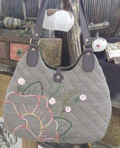 그린바탕에 꽃가방이 완성되었어요^^ 바탕원단에 따라 분위기가 다르네요 Japanese Patchwork, Japanese Bag, Patchwork Bags, Quilted Bag, Handmade Bags, Longchamp, Quilts, Purses, Blog