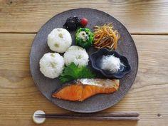 ぜひ、食材の彩度が出しにくい和食にも、「黒い器」を取り入れてみてください。こちらのプレートのように、黒の小皿を重ねてのせて、丸いおにぎりを添えて…と、上でご紹介したテクニックと組み合わせれば、食卓をモダンに演出するプレートごはんの出来上がり♪ ごはんとメインのおかずに対して、副菜をちょっとずつ小盛りに…というバランスの取り方も上品ですね。 Asian Cooking, Fun Cooking, Baby Food Recipes, Healthy Recipes, Plate Lunch, Food Combining, Food Decoration, Foods To Eat, Diet And Nutrition