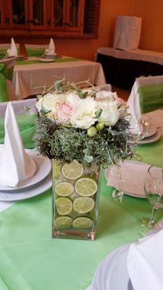 Esküvői asztaldísz - rózsa és zöld téglalap vázában, lime karikákkal. | Hasonlót szeretnél? Szívesen elkészítjük neked is! Kér ajánlatunkat: http://eskuvoidekor.com/viragdekoracio