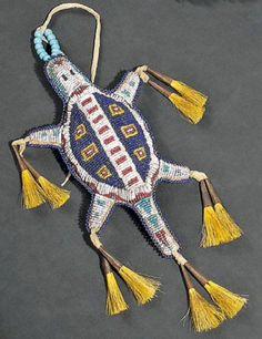 Амулет с пуповиной  в виде черепахи, Шайены. Начало 20 века. Длина 20 см. Binoche et giquello, декабрь 2011.