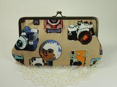 Modos de Mocinha, http://www.elo7.com.br/vovo-estojao-fotografia/dp/289A7C    Bolsinha, bolsinha da vovó, carteira, necessaire, porta óculos, estojo, fotografia, foto, câmeras, câmera fotográfica, retrô, vintage, fecho de metal, artesanal, handmade, feito à mão, exclusivo