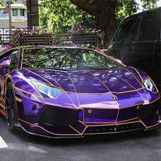 Lamborghini Aventador TRON es un coche de lujo que recientemente ha sido vendido por 400.000 dólares. Hace girar cabezas dondequiera que va.