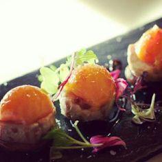Caviar de mango sobre crocancias de piñon