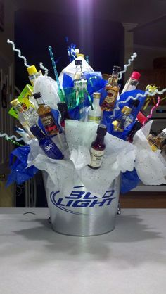 Awesome Fathers Day Gift Basket Ideas for Men Shot-bottle-bouquet Diy Father's Day Gift Baskets, Fathers Day Gift Basket, Diy Father's Day Gifts, Christmas Gift Baskets, Father's Day Diy, Diy Christmas Gifts, Fathers Day Gifts, Simple Christmas, Cheap Christmas