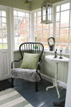 Cute little sun porch Country Entryway, Small Sunroom, California Room, Decks And Porches, Enclosed Porches, Porch And Balcony, Small Room Bedroom, Porch Decorating, Cottage Style