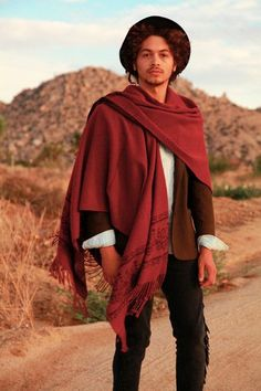 That Poncho is a m a z i n g. New scarf wear inspiration. Mexican Fashion, Mexican Outfit, Poncho Mexican, Look Fashion, New Fashion, Fashion Design, Spring Fashion, High Fashion, Mens Poncho