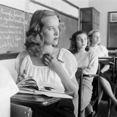 Student reading in classroom. Photograph by Nina Leen, May Leen had the gift of extreme patience. She was relaxed around her subjects; in turn, they were put at ease, virtually forgetting her presence as she captured the perfect shot. (her blouse! Pub Vintage, Mode Vintage, Vintage Love, Vintage Style, Vintage Vibes, People Reading, High School, School Days, How High Are You