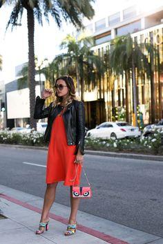 Shoppt meinen LA-Streetstyle Look, mit meinem roten Kleid von Edited, Louboutin Mules und rote Fendi Wallet on Chain, direkt auf: designdschungel.com