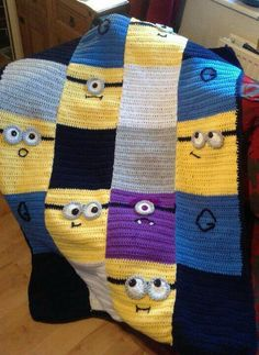 Crocheted Minion Blanket ༺✿ƬⱤღ✿༻ I see a quilted version someday! Knit Or Crochet, Crochet For Kids, Crochet Crafts, Crochet Stitches, Crochet Projects, Crochet Crowd, Booties Crochet, Crochet Blanket Patterns, Baby Blanket Crochet