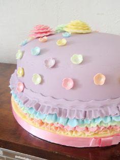 Lovely ruffle cake     http://marianpienileipomo.blogspot.co.uk/2012/10/royhelokakku-ruffle-cake.html
