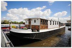 Houseboat Design Ideas - The Urban Interior Barge Interior, Boat Interior, Interior Ideas, Interior Design, Dutch Barge, Barge Boat, Houseboat Living, Houseboat Ideas, Living On A Boat
