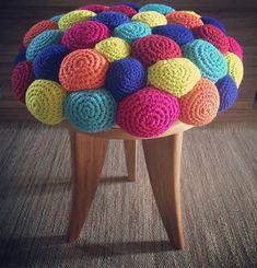 Novos lançamentos para feira Paralela Móvel.  #design #colorful  #color #decor #decoracao #mobiliario #banqueta Crochet Art, Crochet Home, Crochet Motif, Crochet Patterns, Diy Home Crafts, Yarn Crafts, Diy Crafts For Kids, Bow Pillows, Creation Deco