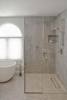 douche italienne avec paroi à accès d'angle et baignoire îlot