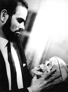 """""""Zé do Caixão é um personagem excêntrico e maléfico, um psicótico paranoico nato, um psicopata que se diz pertencente à uma raça superior que não acredita em superstições, um gênio homicida e sádico, o perfeito ''anticristo'' nietzschiano e herói dostoievskiano, ou seja, um personagem genial e singular na sua forma e complexidade."""""""