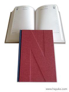 Agenda encuadernada en 2 colores con tela buckram y personalizada con inicial…