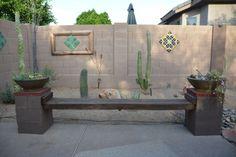 banc en bois et parpaings pour le jardin avec une clôture en blocs en béton