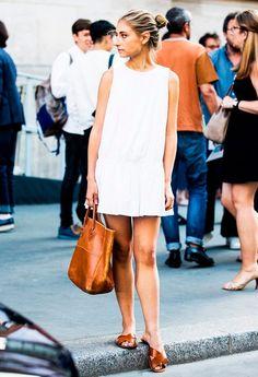 vestido branco com birken marrom