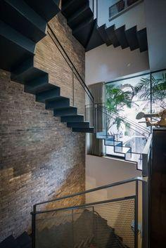aros: V House by Paz Gersh Architects Escadas com Soluções Modernas e de Segurança em Vãos de Escada e Varandas...  http://www.corrimao-inox.com  http://www.facebook.com/corrimaoinoxsp  #escadas #sobrados #pédireitoalto #Corrimãoinox #mármore #granito #decor  #arquitetura #casamoderna