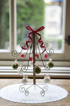 キラキラジュエルツリースタンドを赤いリボンで飾り付ければクリスマスらしいカラフルツリーに。/クリスマスのオーナメント、ツリー、リース30(「はんど&はあと」2011年12月号)