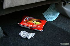 PURIFICACION DE AIRE AIRLIFE te comenta. Revise cuidadosamente el interior de su coche: En primer lugar usted necesita para comprobar el interior de su auto en buen estado. Echa un vistazo a la fuente del olor que puede ser bolsillos traseros, pisos de automovil, y la esquina de los asientos, etc. Quite toda la basura y luego limpiar y limpiar la alfombra de su interior del coche,