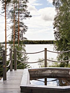 Lämmitetty palju on hyvä vaihtoehto kylmälle järvivedelle. Cottage Stairs, Patio Railing, Outdoor Sauna, Summer Cabins, Lakeside Cottage, Beach Villa, Garden In The Woods, Get Outdoors, Cottage Interiors