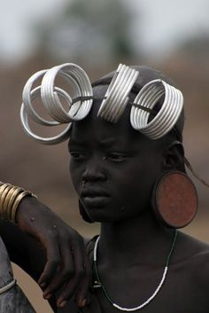 Great portrait and radical jewelry We Are The World, People Around The World, Black Is Beautiful, Beautiful People, Tribal People, Beauty Around The World, African Tribes, Out Of Africa, Portraits