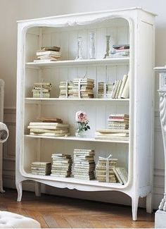 Armoire ancienne peinte en blanc.