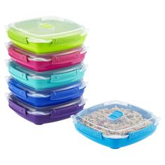 From a chicken breast and veggies to meatloaf and mashed potatoes, this colorful container is sized like a dinner plate to hold an entire entrée. The lid features a vent that let's you reheat your food splatter-free in the microwave. Four locking clips and a silicone seal on the lid create an airtight, leakproof seal.