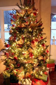 red burlap christmas tree. I want this tree to be my tree.