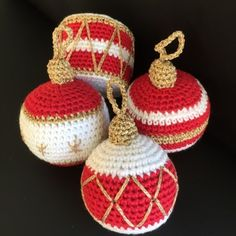 hæklede julekugler - hækling jul Crochet Christmas Decorations, Crochet Decoration, Crochet Ornaments, Christmas Crochet Patterns, Holiday Crochet, Christmas Knitting, Bubble Christmas, Christmas Makes, Christmas Baubles