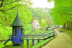 埼玉県飯能市にある「あけぼの子どもの森公園」は、あの「ムーミン童話」の世界をモチーフにした公園です。今回は、ムーミン屋敷や、森の家、小河など原作のムーミン谷の雰囲気が忠実に再現されている園内の様子をご紹介します。