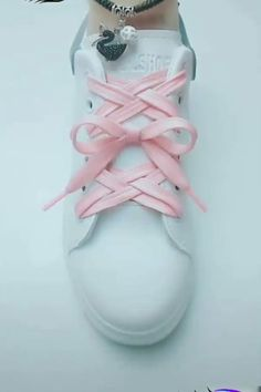 The lattice lacing style is a very popular and decorative look, yet mistakes during the process are easily made. So make sure to pay close attention to the video below! popular 7 Creative Ways to Tie Your Shoelace – Unique Tying Guide! Ways To Lace Shoes, How To Tie Shoes, Your Shoes, Diy Fashion, Fashion Shoes, Mens Fashion, Fashion Tips, Creative Shoes, Tie Shoelaces