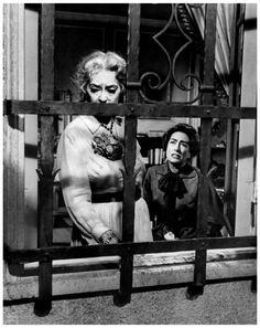 """Image - Bette DAVIS et Joan CRAWFORD '62, duo mythique pour un film d'exception : """"Qu'est il arrivé à Baby-Jane ?""""... Jane et Blanche Hudson sont deux sœurs. Jane Hudson est une véritable enfant vedette dans les années 1920, grâce à une chanson reprise par toute l'Amérique. Mais passée l'adolescence, le public l'a complètement oubliée. Et c'est sa sœur, Blanche, qui devient célèbre à son tour, en devenant une actrice de cinéma renommée et appréciée du public. Un terrible accident de voiture…"""