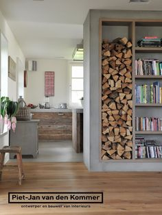 Opgestapeld hout, zo kom je de herfst en de winter wel door. Het staat ook gezellig en warm