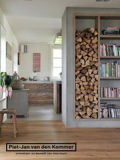 Luxe woonboerderij - Piet-Jan van den Kommer - woonkamer boekenkast 2