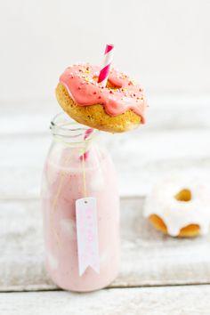 mini donuts with strawberry milkshake//