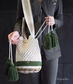 ในภาพอาจจะมี ผู้คนกำลังยืน และแถบ Tapestry Bag, Tapestry Crochet, My Bags, Purses And Bags, Cross Stitch Geometric, Crochet Clutch, Macrame Bag, Love Craft, Animal Pillows