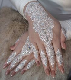 Latest White Henna Designs Tattoo Trends Collection include how to apply white henna, fancy patterns, easy simple henna styles, for dark skin etc Henna Hand Designs, Henna Tattoo Designs, Indian Mehndi Designs, Bridal Henna Designs, Tattoo Designs For Women, Henna Mehndi, Henna Art, Mehendi, White Henna Tattoo