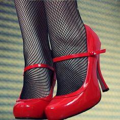 Não é de hoje que as mulheres têm fascínio por belos pares de sapatos. É um relacionamento que, para algumas, extrapola os limites do bom-senso. Afinal, quem não tem uma amiga ou amiga de uma amiga que alega ter mais de 100 pares de sapatos no closet? http://obviousmag.org/archives/2011/09/mulheres_e_sapatos_uma_historia_de_amor.html
