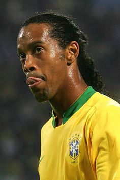 Ronaldinho during the 2006 FIFA World Cup match between Japan and Brazil in Dortmund Germany Brazil Football Team, World Football, Football Stuff, Champions League, Ronaldo, Fiona Y Shrek, Ronaldinho Wallpapers, World Cup Match, Football Wallpaper