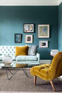 deco gris et jaune, chambre moderne, fauteuil moutarde et peinture bleue