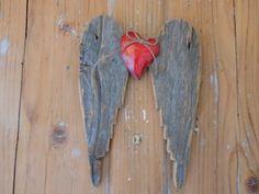 Ailes d' ange en pin grisé ancien style vintage décoration murale et coeur métal rouge : Décorations murales par rouge-lin-et-bois
