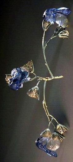 Lalique 1905-06 'Bumblebees on Flowers' Corsage Ornament, left branch articulated: gold, translu-cent enamel on gold, cast glass, diamonds. Musée des Arts Décoratifs