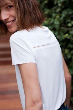 cozete <3 Tshirt blanc Romy, classique avec juste ce qu'il faut de détails pour le rendre unique. #tshirtblanc #jean501 #taillehaute