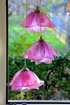 Lampara suspendida de 3 flores blancos y rosa Fragrancia Pallet Patio Furniture, Furniture Ideas, Flower Lamp, Creation Deco, Giant Flowers, Easy Craft Projects, Flower Images, Lamp Shades, White Roses